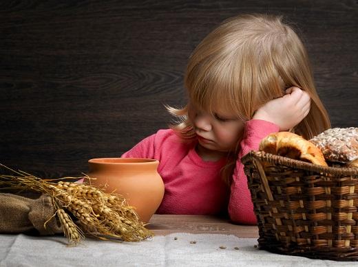 Fetita inconjurata de produse cu gluten