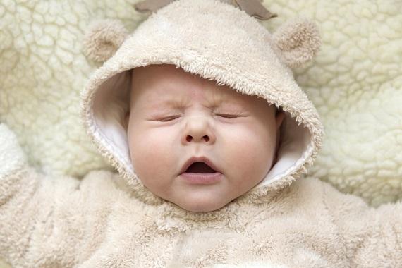 Bebelus care sta cu ochii inchisi si nu se simte bine