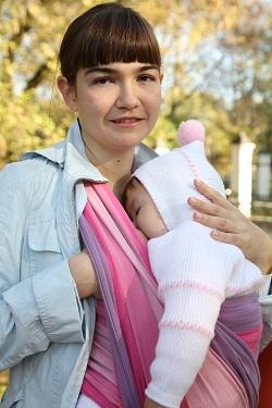 Mama ce isi tine bebelusul in marsupiu si il plimba