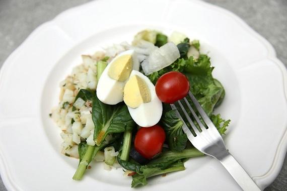 Ou fiert deasupra unei salata