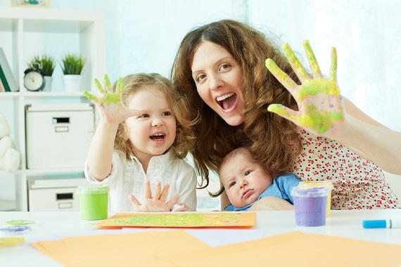 Mama si fetita cu palmele pictate