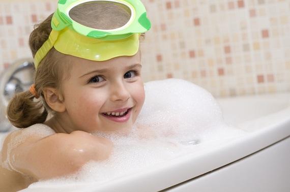 Fetita ce poarta un cozoroc pentru baie