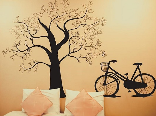 Perete decorat cu un copac