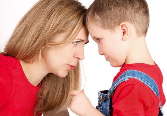 Copil si mama ce se incrunta unul la altul