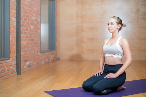 Fata ce face meditatie sau yoga