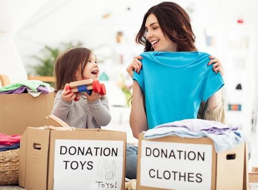 Mama si fiica pregatesc lucruri pentru a le dona