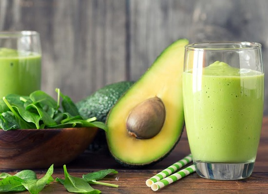 Smoothie verde, alaturi de spanac si avocado