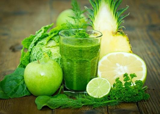 Smoothie verde, alaturi de tot felul de ingrediente