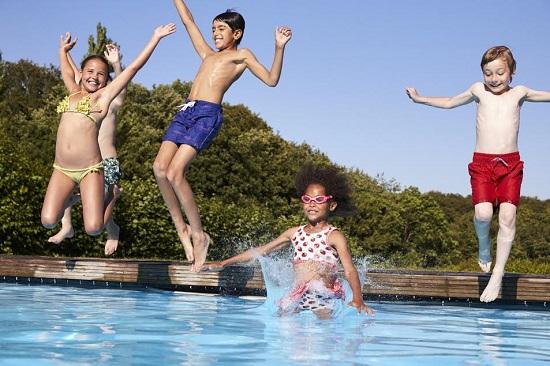 Copii ce sar in piscina