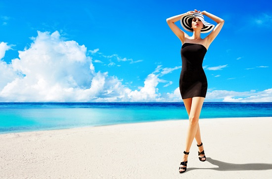 Fata cu tocuri inalte, pe plaja