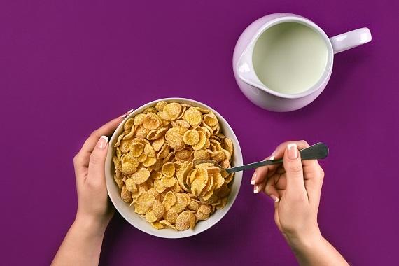 Femeie ce doreste sa manance cereale cu lapte