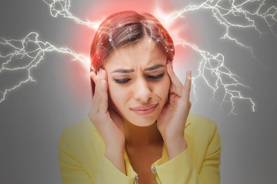 Femeie ce are o durere foarte puternica de cap
