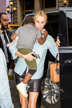 Charlize Theron  alaturi de fiul ei