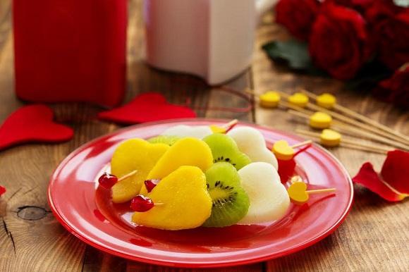 Fructe taiate in forma de inimiora, pe bete de frigarui