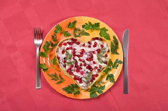 Salata in forma de inima, pe farfurie