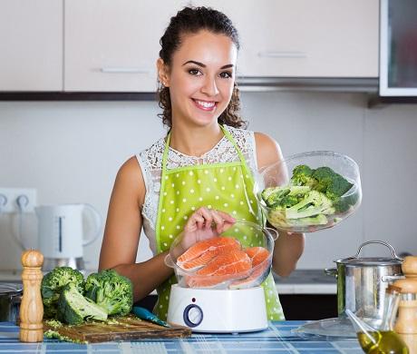 Fata ce gateste somon si legume
