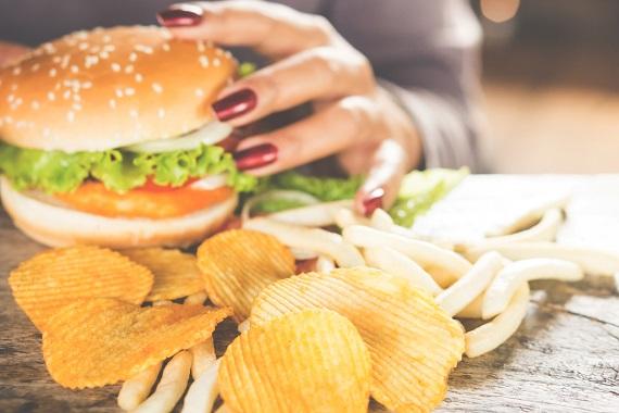 Femeie ce doreste sa manance un hamburger