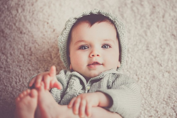 Bebelus cu caciulita