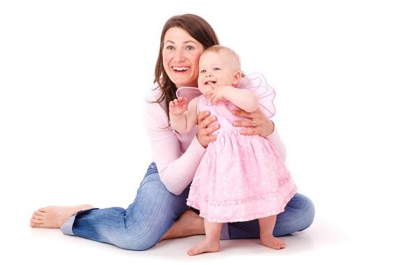 Mama alaturi de fetita ei, bebelus, imbracata in costum de fluturas