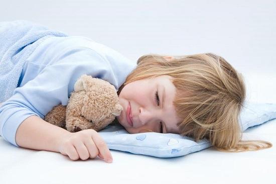 Fetita in pat, care plange