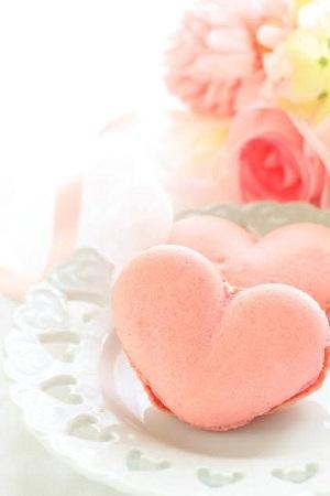Fursecuri macarons in forma de inimioare, roz