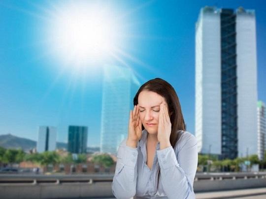 Femeie ce are dureri de cap din cauza caldurii