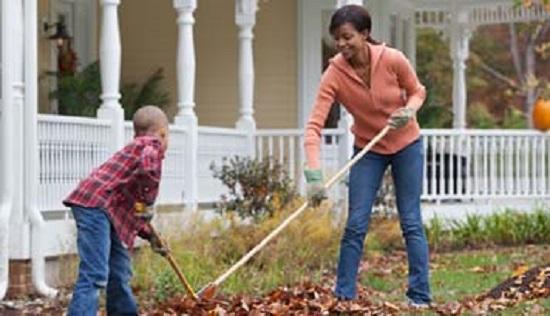 Activitate casnica in exterior-greblarea frunzelor