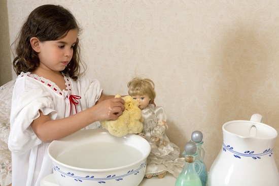 Activitate casnica pentru copii: spalarea jucariilor