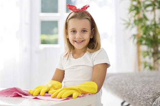Activitate casnica pentru copii: lustruim prin casa