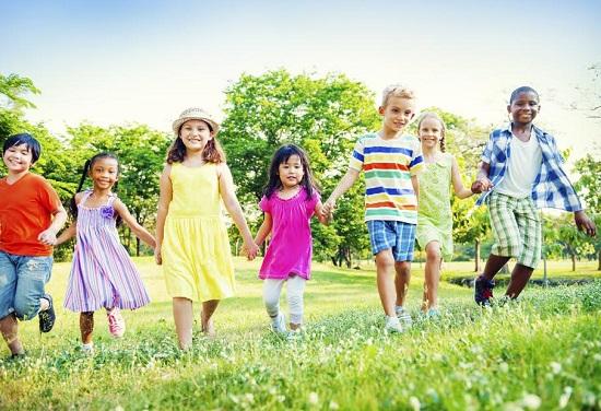 Copii veseli, tinandu-se de mana