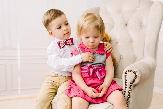 Baietel ce incearca sa consoleze o fetita