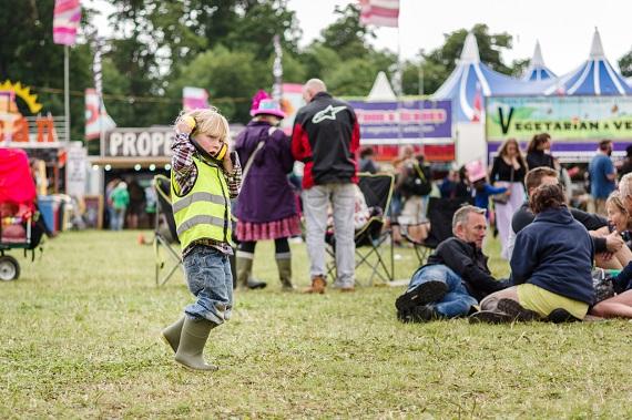 Copil ce poarta casti la un festival