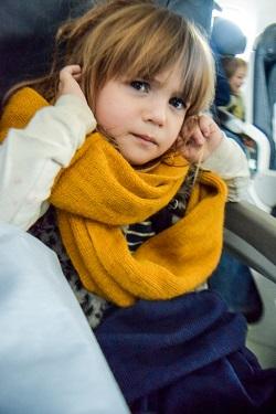 Fetita ce se afla in avion si resimte disconfort in urechi