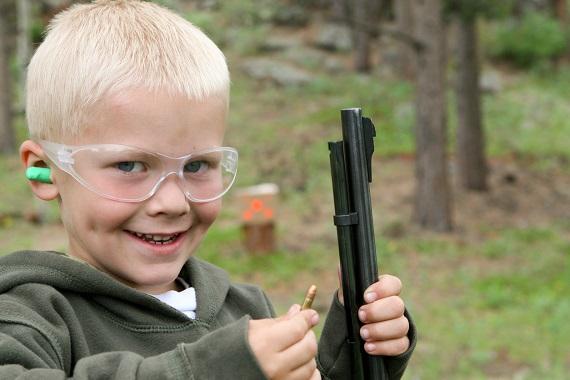Baietelul ce practica tir