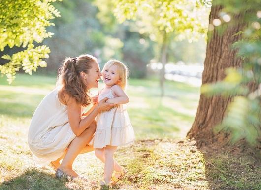 Mama cu fetita ei stau pe-afara, intr-o zi insorita