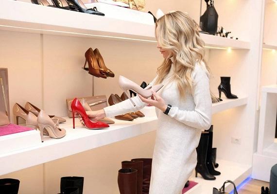 Femeie ce isi alege pantofi