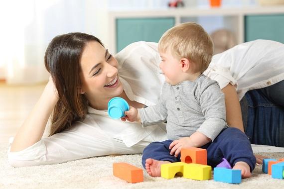 Mama si bebelus care se joaca cu niste cuburi