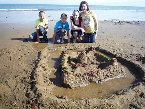 Castel de nisip cu santuri de aparare