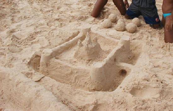 Castelul de nisip cu ziduri de aparare si pod