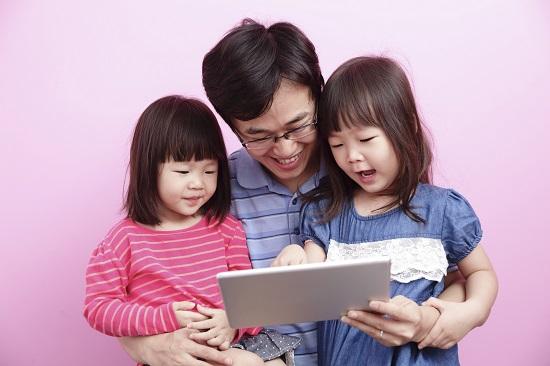 Fetite japoneze alaturi de tatal lor