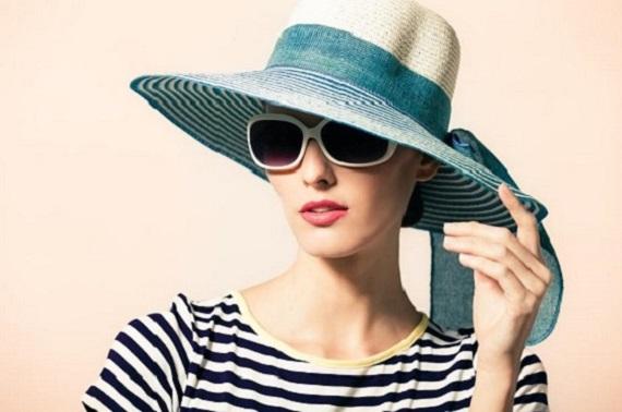 Fata cu palarie de soare si cu ochelari de soare
