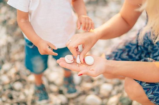 Mama ii arata pietricele copilului ei