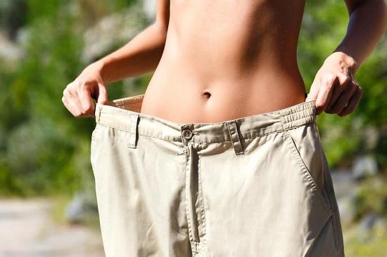 Femeie in pantaloni ce-i sunt foarte mari