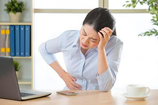 Femeie la birou, ce nu se simte bine