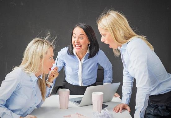 Tinere femei ce se cearta la birou