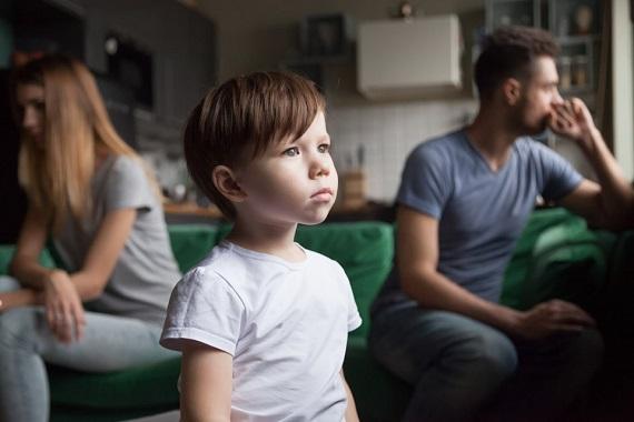 Parinti suparati si un baietel singur si trist