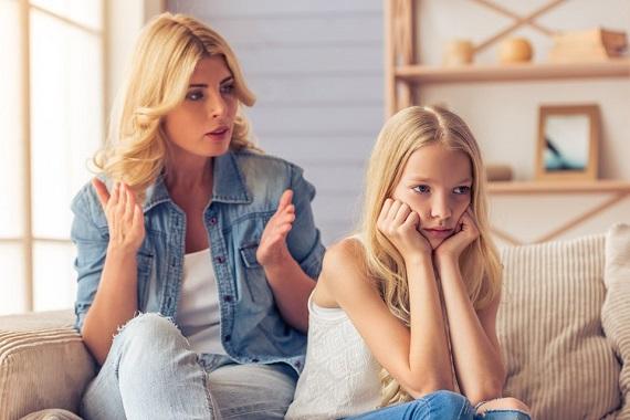 Mama care incearca sa ii explice ceva fiicei sale, care este trista