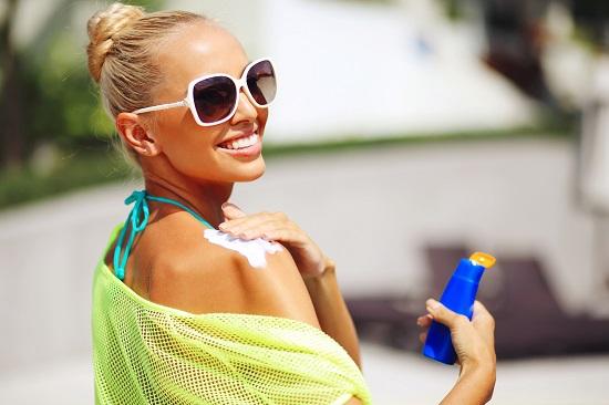 Fata ce se da cu lotiune pentru protectia solara