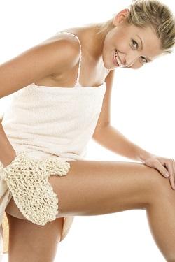 Femeie ce isi exfoliaza pielea