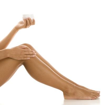 Femeie ce doreste sa isi dea cu crema pe picioare